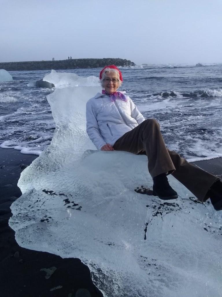 老爸帶著奶奶在「冰之王位上」拍照 下張照片奶奶居然直接漂走了