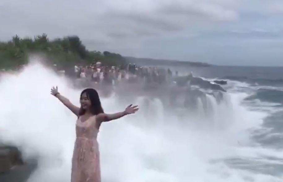 網美硬要拍「驚險大浪拍打照」!下一秒直接「消失」在鏡頭前面