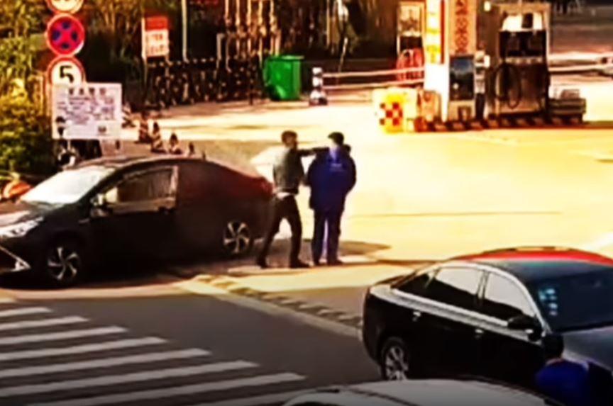 白目哥「加油站裡點菸」不聽勸 超狂店員拿「滅火器制裁」他下車暴怒再被補噴一發!
