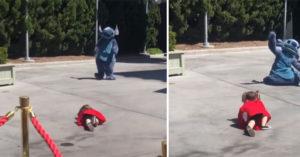 小女孩看到偶像太興奮跌倒 史迪奇「迪士尼特有神反應」讓她不再尷尬:謝謝你❤