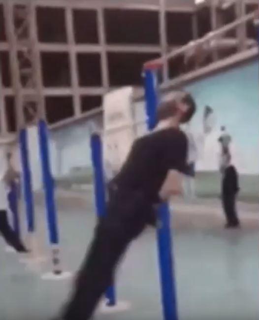 中國大嬸瘋在廣場「吊下巴運動」 靠下巴撐全身「下半身大風車」外國網友嚇壞:沒生命危險?
