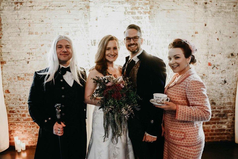 哈利波特狂粉結婚「還原霍格華茲」經典場景 賓客全是「魔術師」...馬份爸也來了!