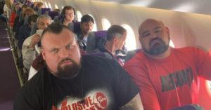 雙浩克搭飛機竟「衰到坐隔壁」超狂體型「沒人敢換位」 一般人坐旁邊被擠成肉餅!
