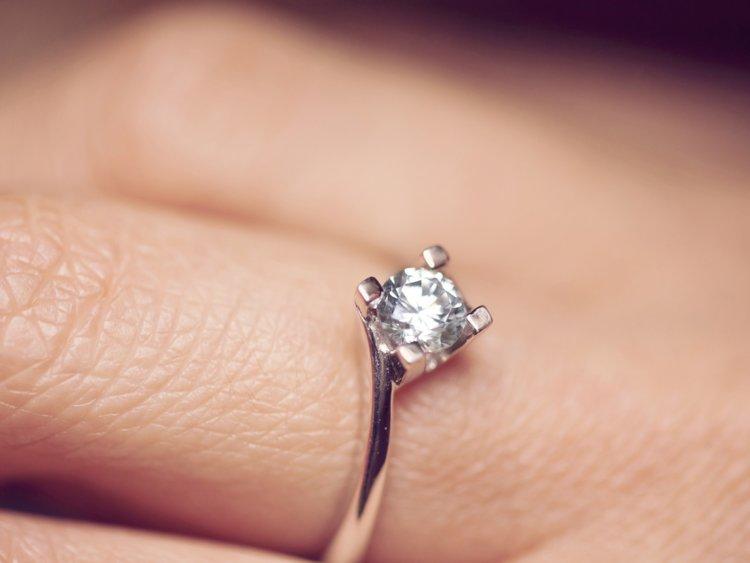 男友拿「訂製給前任的戒指」來求婚 女友崩潰Po文:他說不用很浪費...
