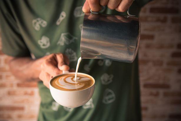 孕婦買咖啡遭正義嬤咆哮「我在救妳!」直接搶杯 「超離譜行徑」全場嚇傻:誰快帶回去!