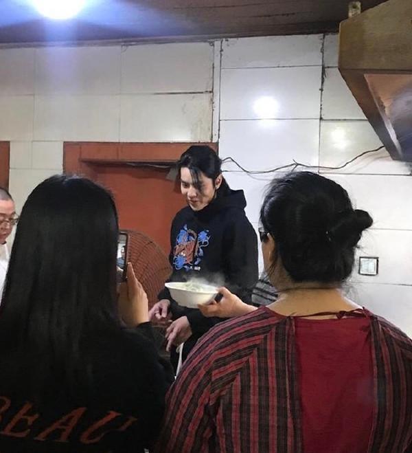 野生吳亦凡被捕獲「在路邊吃麵」 他發現被認出「霸氣全買單」粉絲超興奮!