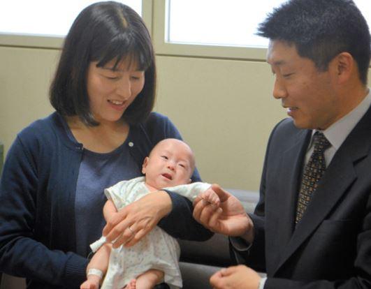 男嬰出生跟「蘋果一樣重」親媽心碎 醫生努力6個月後宣佈:可以帶他回家了!