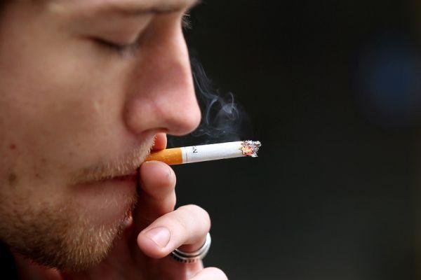 公司每月「免費送1200支香菸」車廂隨時有3萬庫存 前員工抽到「肺黑掉」怒告:害我上癮!