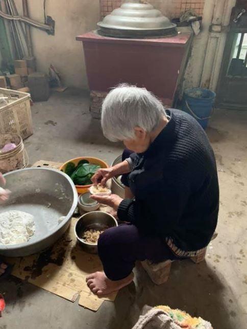 她分享90歲阿嬤的「愛心草仔粿」背影 網友淚崩:只能在記憶裡懷念的味道!