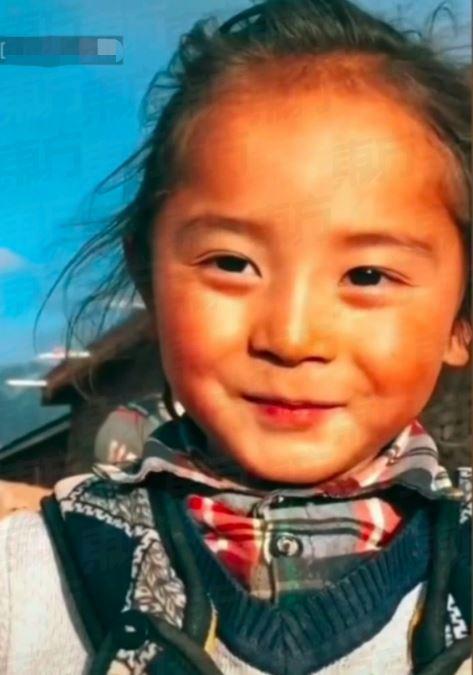 藏族6歲小男孩「神撞臉楊冪」!清秀笑容+撩髮動作讓網驚呼:怎麼美成這樣❤