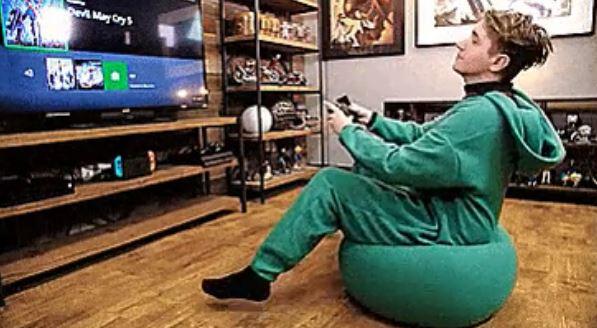 網拍推懶人必備「把椅子穿在身上」的超獵奇服裝 價格曝光網友傻眼:寧可坐地板!