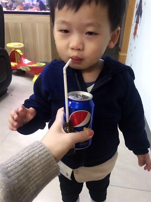 小孩不肯乖乖吃藥...他製作「餵藥神器」一秒全喝光 網看完震驚:全是大人的心機!