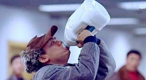中國男遊澳洲發現「牛奶比水便宜」超爽 在機場捨不得丟他「一口氣喝光2.5公升」!