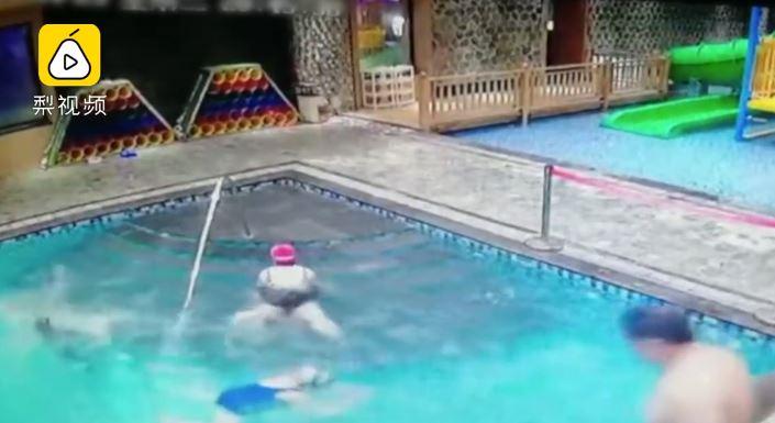 男童下水2秒「消失在水底」英勇哥跳水救命 粗心媽狀況外:他不是在玩水嗎?