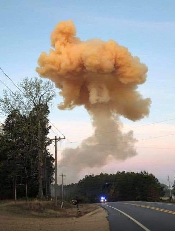 化肥卡車就快爆炸!司機「放棄逃生時間」開往郊區 警察趕到「碰一聲」淚崩:他犧牲自己...