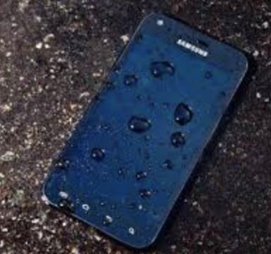 手機放下時應該「朝上」還是「朝下」?維修師傅揭「毀手機放法」:99%的人都做錯了