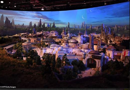 迪士尼「星際大戰樂園」確定今夏完工 空拍畫面曝光「神還原場景」粉絲超興奮!