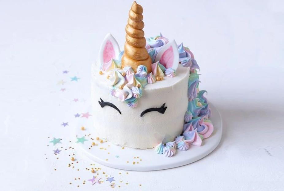 她花5小時幫女兒做「夢幻獨角獸蛋糕」 端出後「姊夫插在上面」超崩壞!