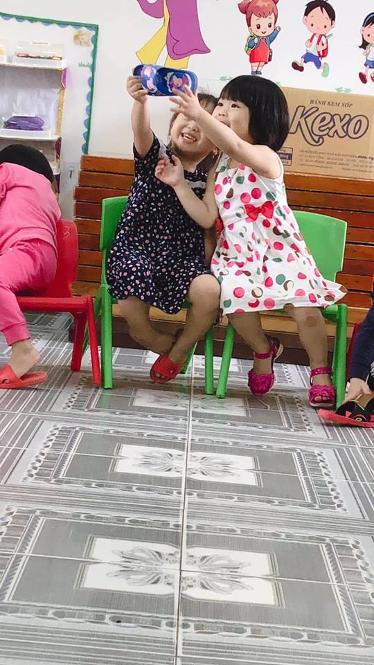 影/小女孩發明了「地表最強自拍神器」!超熟練「網美式修圖」動作萌翻網友:別揭穿真相❤