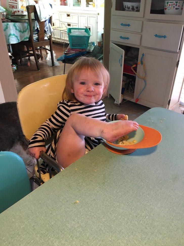 14張證明「父母一放鬆就會倒楣」的育兒慘照 把錢剪成一塊塊:偶在煮飯喔~