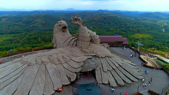 藝術家花10年青春打造「史上最高鳥雕塑」!近看「超細緻羽毛條紋」太震撼:已經超越人類了