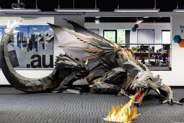 藝術家花100小時做出「霸氣噴火龍」 他公佈超神材料:1200張紙!