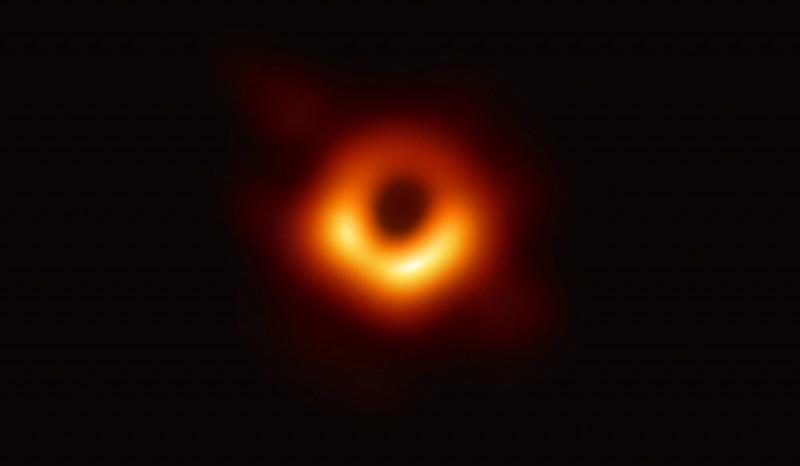 人類如果「掉進黑洞」還能活著嗎?專家:順利通過就能「到達平行宇宙」...並得到永生