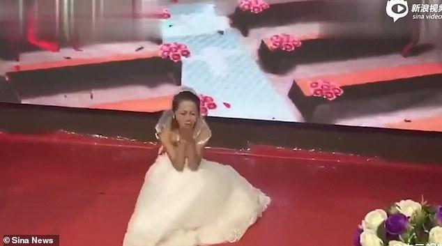 影/前女友「穿婚紗上台」跪求新郎復合 正宮傻眼「暴怒離場」網震驚:在演連續劇?