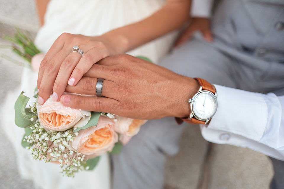 她問老爸「我結婚你會牽著我進禮堂嗎?」 他「超認真回覆」網友笑翻:會害女兒很尷尬!