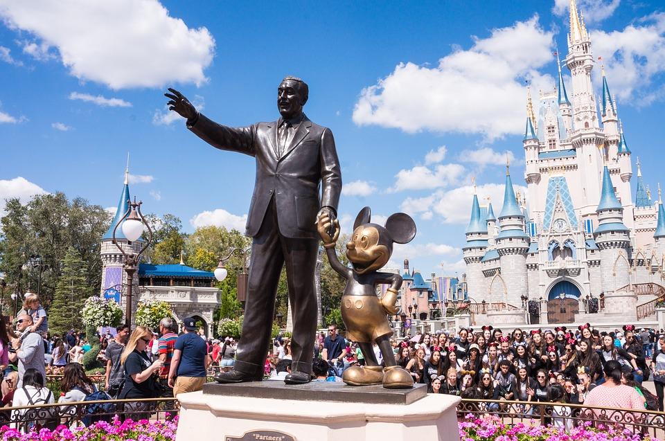 她自稱迪士尼員工賠本賣「半價門票」 高買低賣「4個月爽賺3200萬」下場卻超慘!