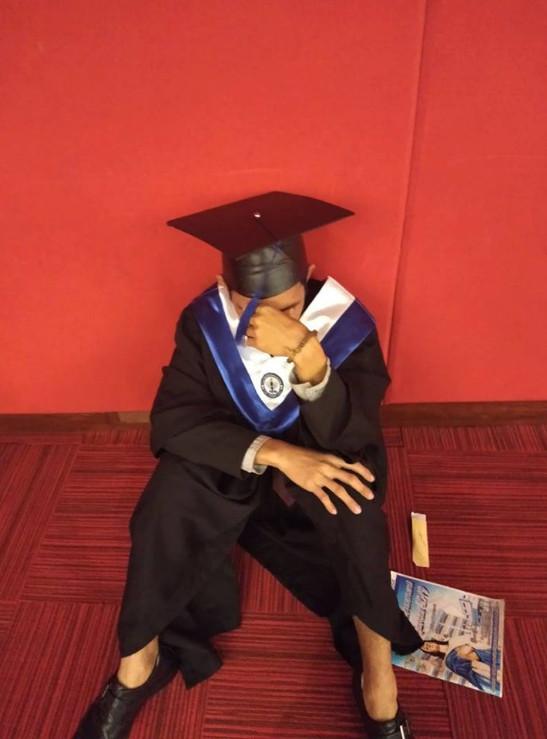男大生因「爸媽沒來畢業典禮」躲到場外大哭 揭過往「努力完美卻還是心碎」讓網爆淚