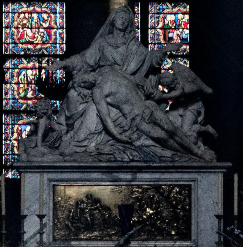巴黎聖母院「内部照片」首度曝光!網意外發現「上帝顯靈瞬間」爆淚:是神存在的證據