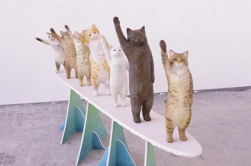 滿滿正能量「擊掌貓咪雕刻」奴才全被萌翻 放門口「大小剛剛好」每天為你加油:High Five~