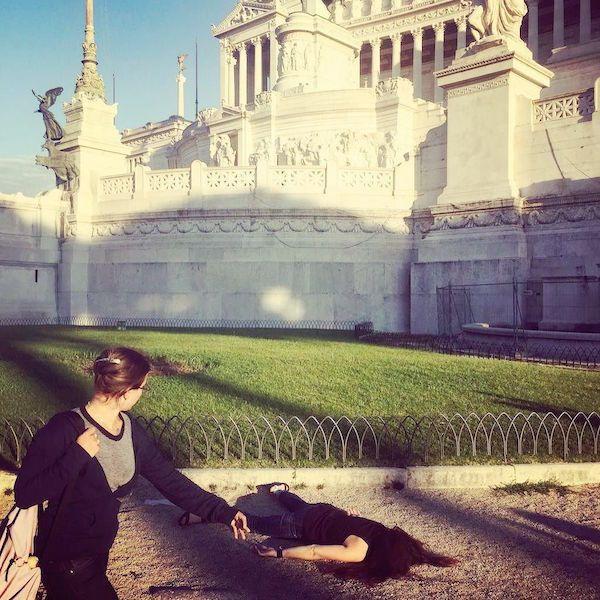 神祕妹在23個世界景點留下「超無趣合照」 網讚嘆:這動作會暴紅...