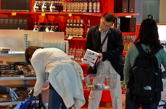 9個旅客最好不要「在機場買的東西」 其實「免稅商品」沒比較便宜!