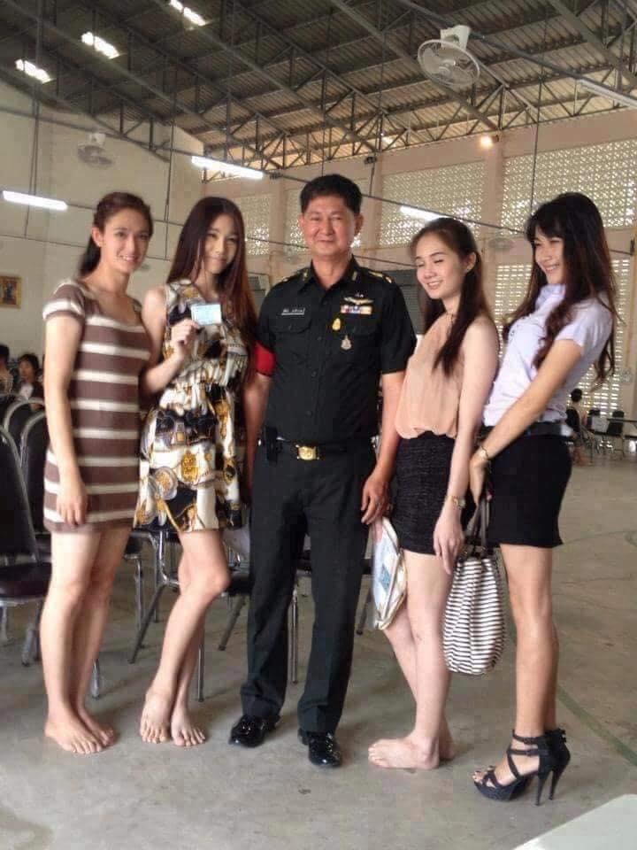 泰國徵兵現場出現「整排仙氣美女」陪抽籤 長官叫號後...網友全崩潰:她們也要抽?