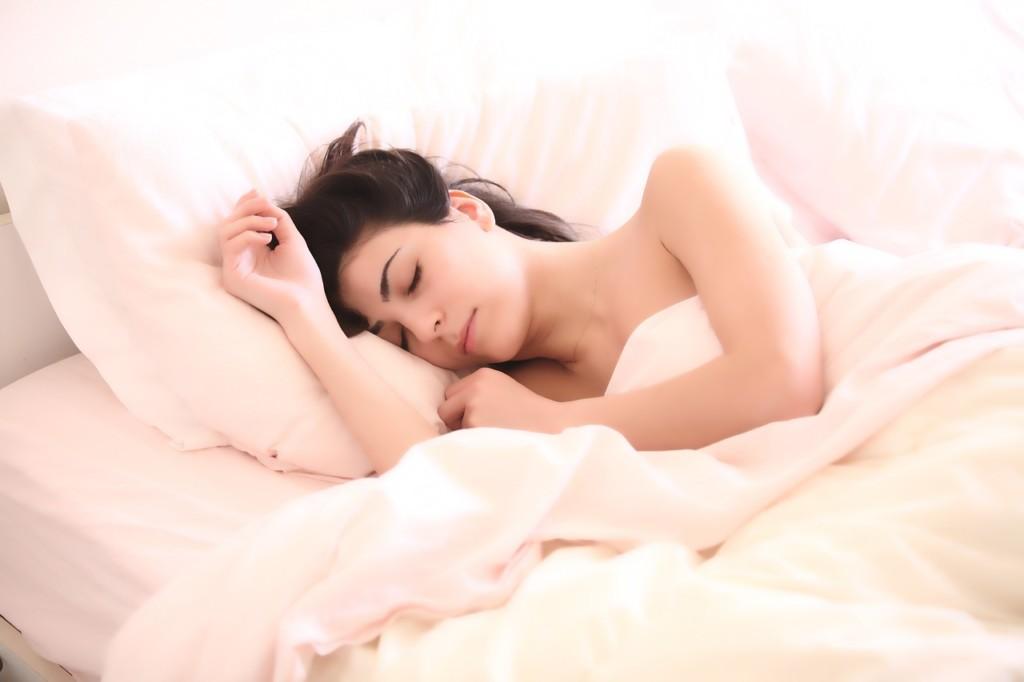 專家曝「睡覺時開電扇」的4大嚴重影響 網:難怪醒來會鼻塞!