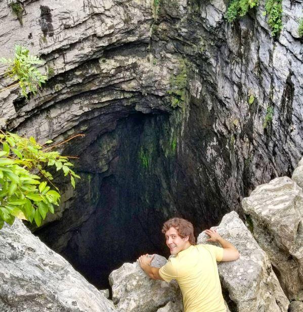 10個「即使可能沒命也要去朝聖」的超嚇人景點 他挑戰「自由落體」跳火山口!
