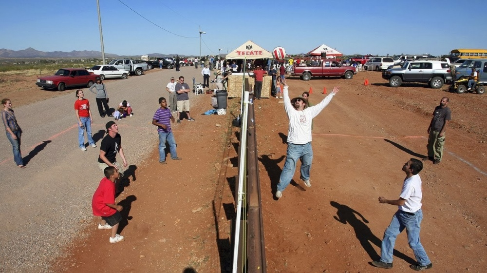 13個世界國家之間的「超酷國界線」 美國和墨西哥的國界線「可以打排球」!