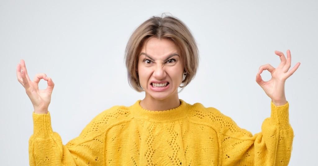 國外新流行「憤怒瑜珈」上課狂比中指罵髒話 網看理論震驚:現代人超需要!