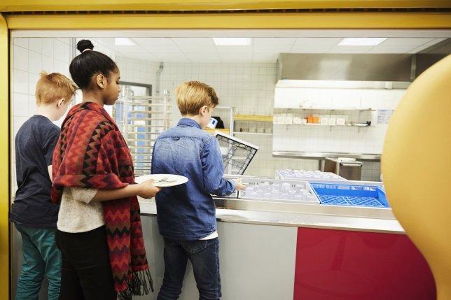家長抱怨學校「超惡劣午餐政策」 欠錢的學生只能「吃冷的」網卻狠吐槽:爸媽不要臉!