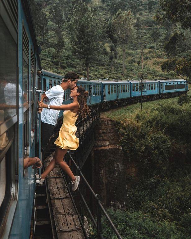 網紅在高速火車「硬開車門自拍」被罵爆 只抓把手「身體全懸空」網冷笑:保險不理賠喔!