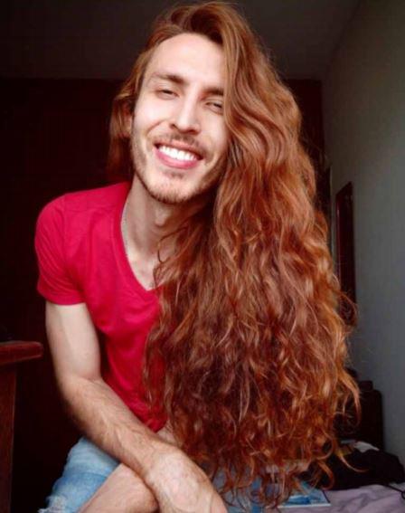他整整「7年沒有剪頭髮」 轉頭「真實樣貌」驚呆全場 :想讓我女友出櫃?