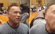 影/71歲阿諾被瘋狂粉絲「全力飛踢」 他卻只「稍微彎了腰」網笑翻:想越級打怪?