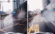 影/他雨中騎車大唱《我要夏天》 不到3句慘被「客運沖沖沖」網笑噴:無限重播!
