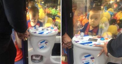 媽媽上完廁所驚見3歲兒「在娃娃機裡」 她問出「超天才原因」網爆笑:虧大了!