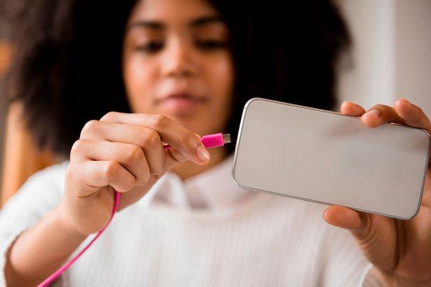 專家警告千萬不要「在外面充手機」 充完電「資料全被偷走」那條線是關鍵!