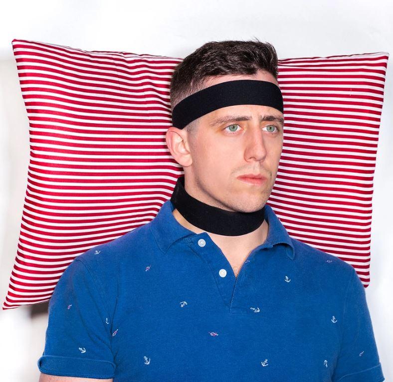 8個「自以為很實用」的廢到笑日常發明 「隨時準備睡覺枕」讓你走到哪裡都是家!