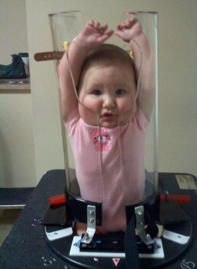 超荒謬景象「嬰兒塞罐子」被痛批太超過 專家公布「害寶寶眼神死」原因:這是必須!