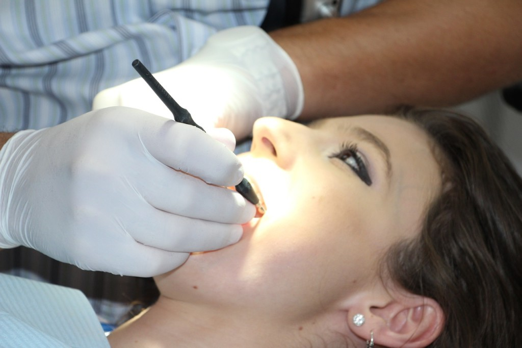 研究證實黑炭牙膏「不會讓牙齒變白」 專家公布傻眼真相:它甚至「會害你蛀牙」!